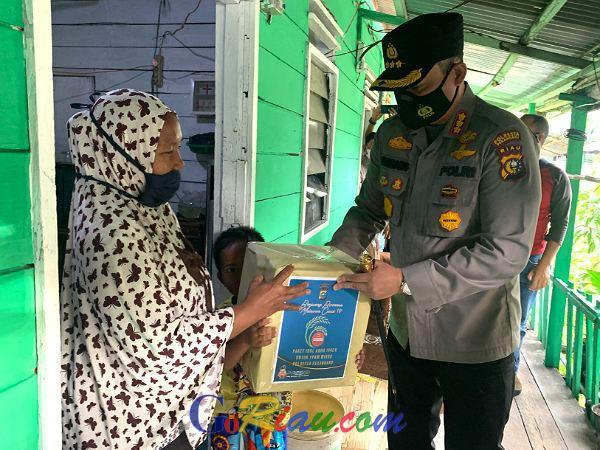 Polresta Pekanbaru Sembelih 26 Ekor Hewan Kurban dan Bagikan Sembako Kepada Masyarakat