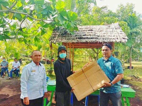 Di Tengah Pandemi Covid-19, Sopandi Bantu Peralatan Sablon untuk Kelompok Kreatif Kulit Bakau Desa Bokor