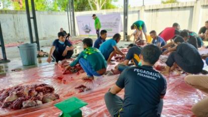 Potong Lima Ekor Sapi, Pegadaian Kanwil Pekanbaru Bagikan 300 Kupon Daging Kurban