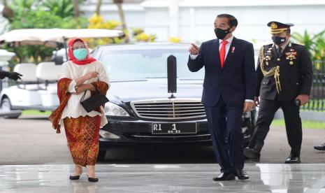 Iriana Berjilbab Saat Dampingi Jokowi Sambut PM Jepang