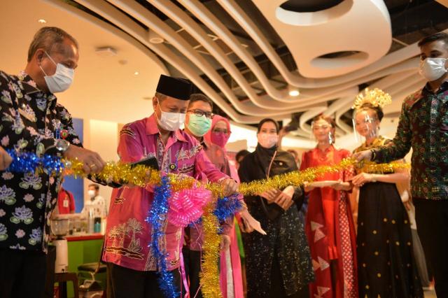 Plh Sekda Masrul Kasmy Kenalkan Batik Asli Riau