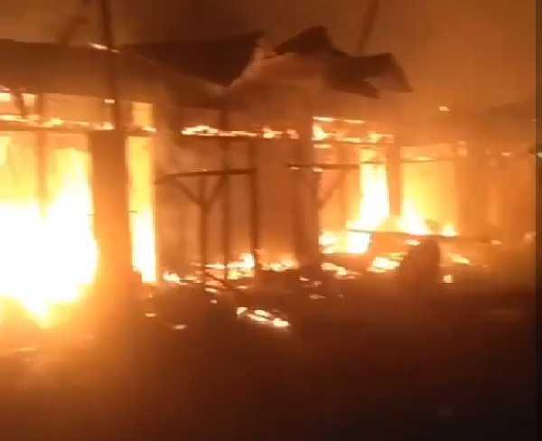 Puluhan Kios di Pasar Kuok Kampar Ludes Terbakar