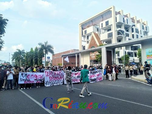 Nilai JPU Berlebihan Tuntut Sayuti Munte 3,6 Tahun, Puluhan Mahasiswa Geruduk Kantor Kejati Riau