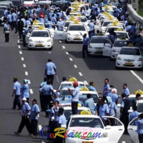 Pendemo Taksi dan Ojek Online Saling Lempar Batu di Sudirman dan Senayan, Satu Pengemudi Luka-luka