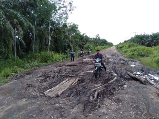 Warga Muara Dua Siak Kecil Keluhkan Jalan Penghubung Antar Desa Rusak Parah, Begini Kondisinya