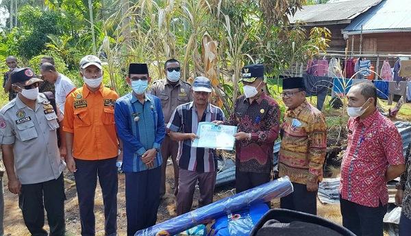 Wabup Asmar Serahkan Bantuan Korban Kebakaran di Rangsang