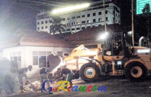 Personil Satpol PP Riau Malam Jumatan Kerja Keras Tuntaskan Tumpukan Sampah di Pekanbaru