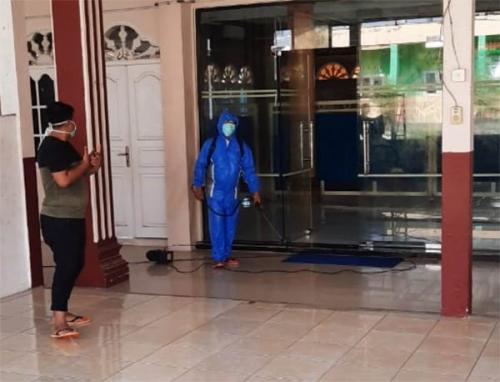 Tekan Penyebaran Corona, Roni Pasla Semprotkan Disinfektan di Sejumlah Masjid di Tampan