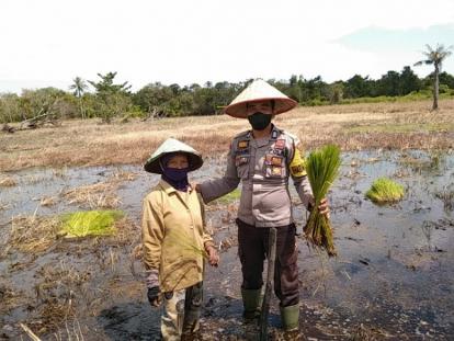 Sambangi Petani di Sawah, Ini yang Dilakukan Polisi di Rangsang