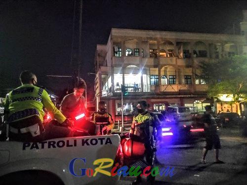 Langgar Lampu Merah di Depan Mapolresta Pekanbaru, Mobil Brio Abu-abu Tabrak Pengendara Motor dan Lari