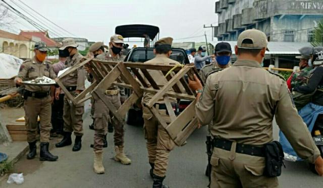 Tertibkan PKL Mangkal di Atas Jembatan Parit 10 Tembilahan, Satpol PP Inhil Sita Barang Dagangan