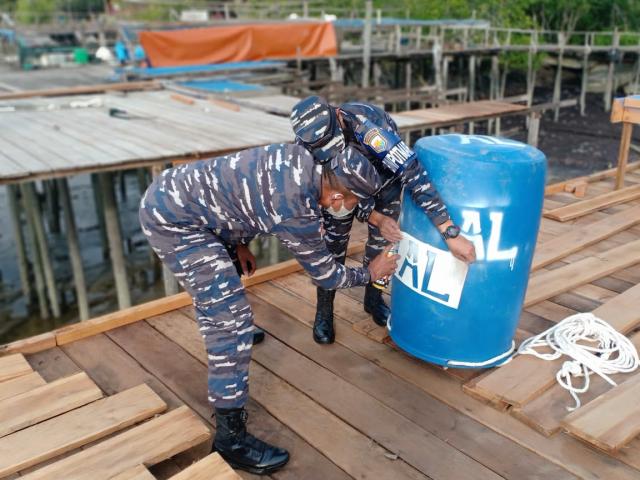Dua Jaring Gumbang Binaan Posal Selatpanjang Terpasang di Laut Insit