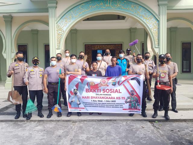 HUT ke-75 Bhayangkara, Polisi di Kepulauan Meranti Bersihkan Tempat Ibadah dan Semprot Disinfektan
