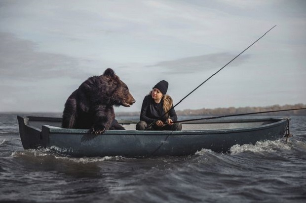 Wanita Muda Memancing di Danau Ditemani Beruang Raksasa, Ini Penampakannya