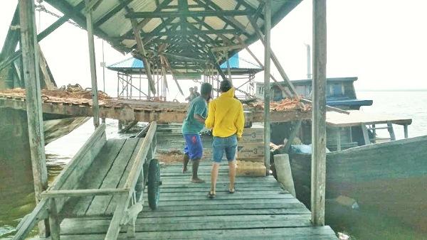 Dihantam Kapal Tongkang, Pelabuhan Teluk Belitung Kepulauan Meranti Rusak
