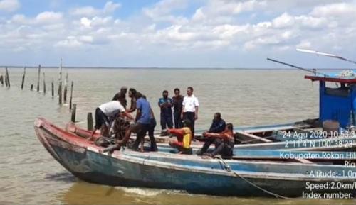 PSDKP dan KSOP Cabuti Tiang Bubu di Jalur Perairan Pulau Halang Rohil