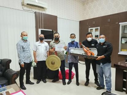 Komunitas AMP Terima Alat Musik Joged Sonde dari BRK Cabang Selatpanjang