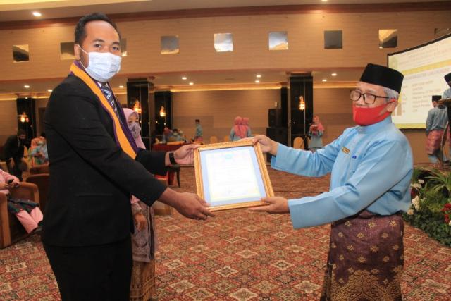 Gelar Yudisium XI, Direktur Pascsarjana Unilak Beri Penghargaan ke Pemuncak