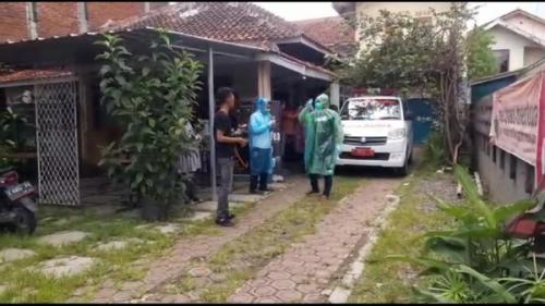 Dokter Puskesmas Meninggal di Kamar Kos, Petugas Pakai APD Saat Evakuasi