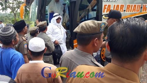 Tiba di Masjid Ulul Azmi Pangkalan Kerinci, Suasana Haru Menyelimuti Kedatangan Jamaah Haji Pelalawan