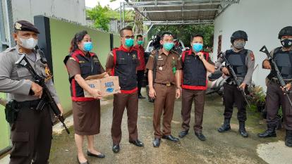 Penyidik Kejari Kuansing Geledah Rumah Tersangka Dugaan Korupsi Alat Peraga Disdikpora