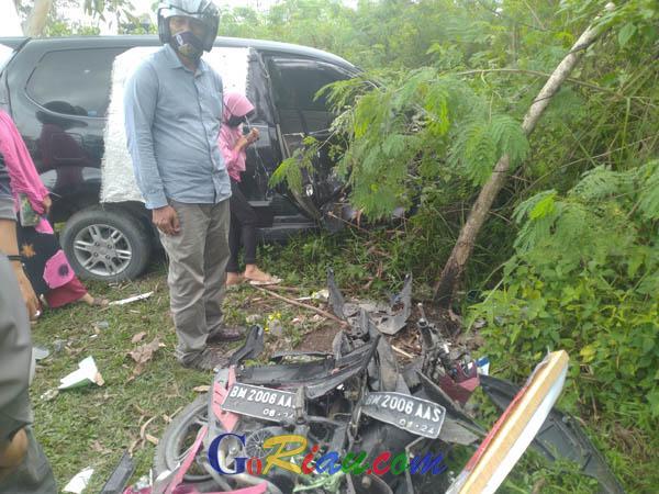 Sopir Tertidur Saat Mengemudi, Mobil Tabrak Penjual Pot Bunga di Jalan Soekarno Hatta Pekanbaru