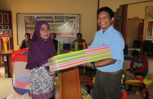Peduli Pendidikan, PT NSP Meranti Serahkan Buku dan Alat Permainan Edukatif ke Beberapa Sekolah