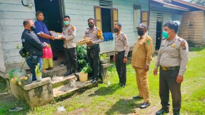 Berbagi Berkah, Janda di Desa Permai Ini Terima Paket Sembako dari Polsek Rangsang Barat