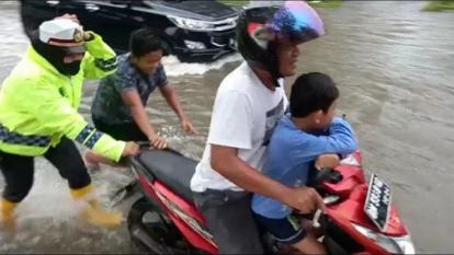 Kasatlantas Polres Dumai Bantu Dorong Motor Mogok di Tengah Banjir