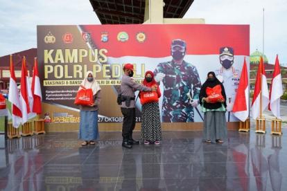 Kampus Polri Peduli SPN Polda Riau Vaksinasi dan Berikan Sembako kepada Masyarakat di Kampar