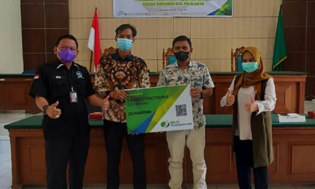PWI Pelalawan Terima CSR Kantor Notaris Ragil Ibnu Hajar Perlindungan Ketenagakerjaan