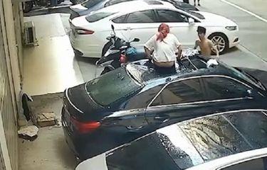 Bermesraan di Balkon, Wanita Tanpa Celana Jatuh Menimpa Mobil Tetangga