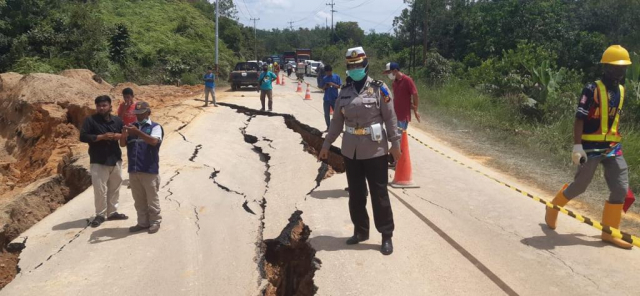 Jalan Lintas Riau - Sumbar Amblas di XIII Koto Kampar