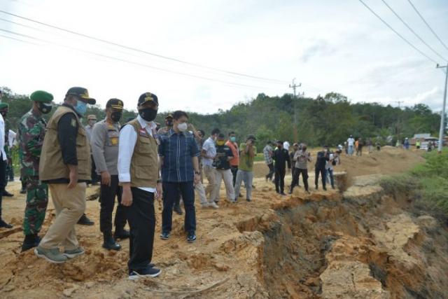 Jalan Lintas Sumbar - Riau Amblas di XIII Koto Kampar Makan Separo Badan Jalan, Gubri: Segera Diperbaiki