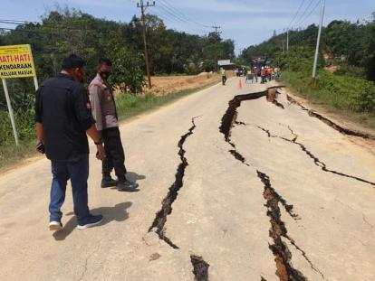 Kendaraan Berat tidak Bisa Lewati Lintas Riau - Sumbar, Perbaikan Sedang Digesa