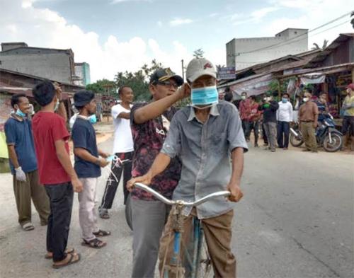 Anggota Fraksi Hanura Rohil Bagi-bagi Masker dan Semprot Disinfekan Rumah-rumah Ibadah
