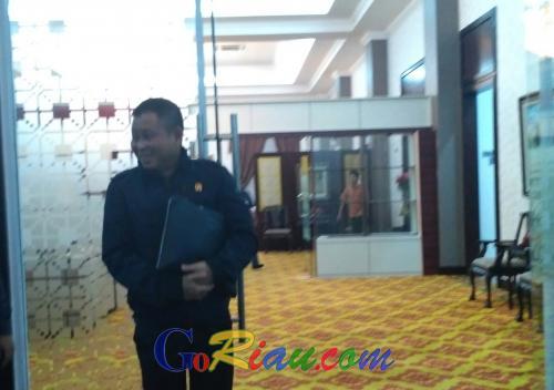 Mendarat di VIP Lancang Kuning, Menteri ESDM Disambut Gubernur Riau