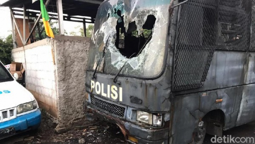 Mapolsek Ciracas Diserang 100 Orang, 3 Mobil Polisi Dirusak dan Dibakar