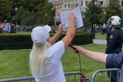 Wanita Pembenci Muslim Robek-robek Alquran Saat Demo Anti-Islam di Oslo, Ini Penampakannya