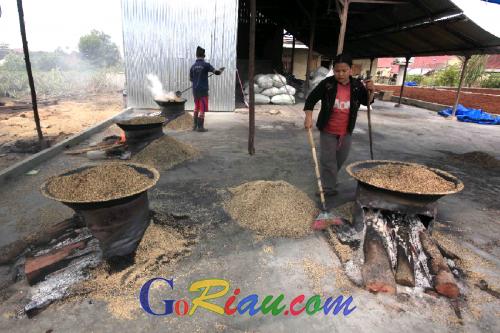 Tingkatkan Nilai Ekonomis Arang Sekam, Mitra Bina RAPP Ciptakan Lapangan Kerja Bagi Masyarakat