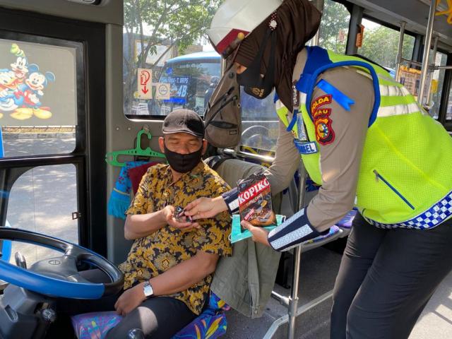 Komitmen Putus Mata Rantai Covid-19, Personel Ditlantas Polda Riau Bagikan Masker Kepada Masyarakat