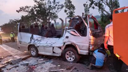 3 Mobil Kecelakaan di Jalan Tol Dini Hari Tadi, 10 Orang Tewas