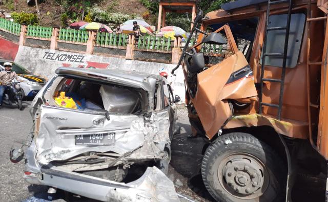 10 Mobil Tabrakan Beruntun di Lembah Anai, 1 Bus Terlempar ke Sungai