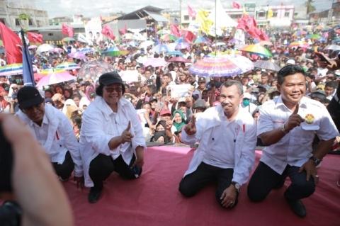 Ramai Dihadiri Masyarakat, Siti Nurbaya dan Syamsuar Kompak Kampanye Jokowi di Kandis Riau
