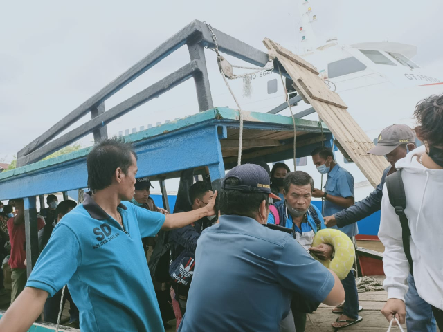 GoRiau Penumpang kapal saat dievakuas
