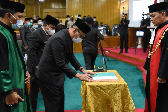 GoRiau Sofyan menandatangani berita a
